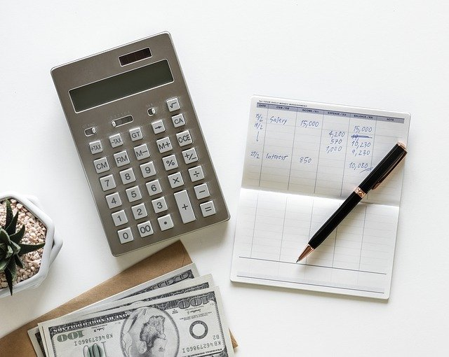 kalkulačka, peníze a rozpočet.jpg