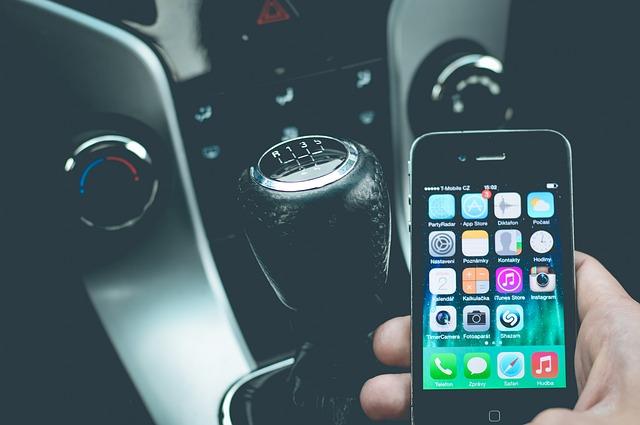 telefon v ruce za volantem