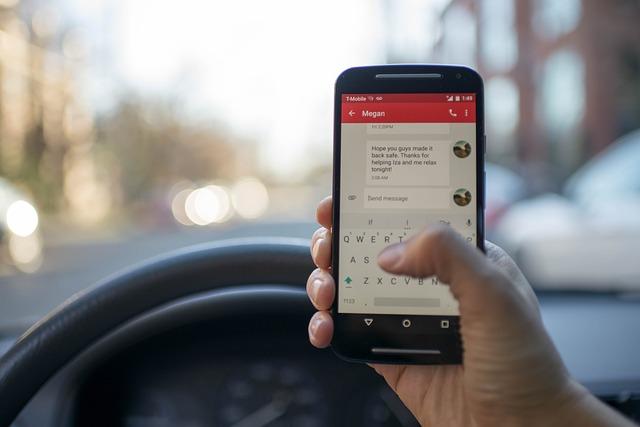 mobil při řízení
