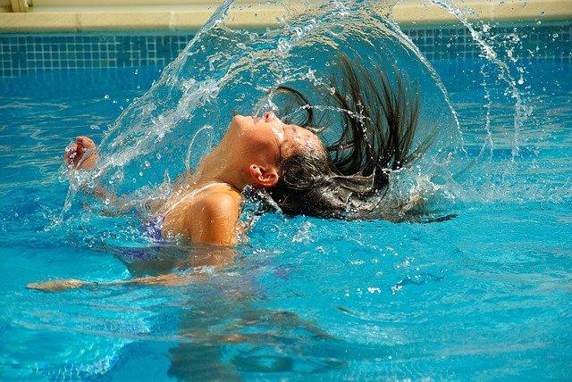 Průzračně čistá bazénová voda